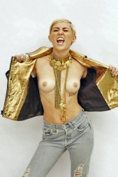miley_cyrus_flashes_her_tits